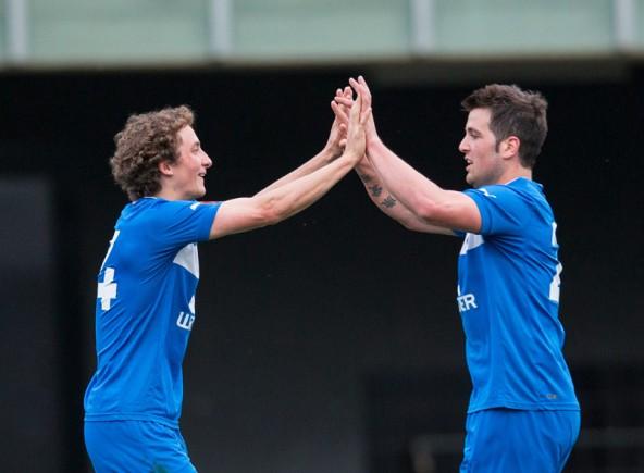 Kapitän Lukas Brugger (TSU Matrei) und Rene Scheiber (TSU Matrei) feiern das 2:1 durch Daniel Steiner .