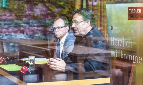 Hinter Glas fotografiert von Philipp Brunner: Günther Platter und Martin Mayerl beim Bilanzziehen im Lienzer Gösserbräu.