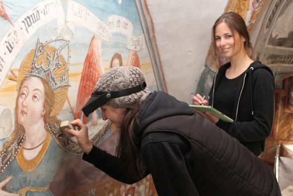 """Magdalena Schindler (rechts) und Katharina Ivanovskis analysieren behutsam den Zustand der """"Schutzmantelmadonna"""". Foto: Stadt Lienz/Lenzer"""