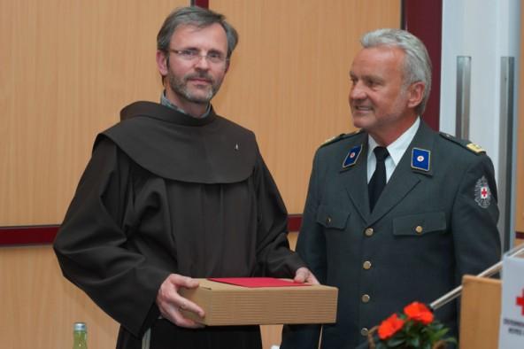 Bezirksstellenleiter Egon Kleinlercher verabschiedete den Rotkreuz-Kurator, Pater Jakob.
