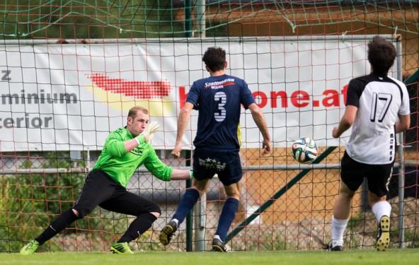 Der Schock: FCWR-Tormann Marco Ortner ist chancenlos bei diesem Schuss von Roman SebastianSchmidt zum 0:1 für den FC Nassfeld Hermagor in der 60. Minute.