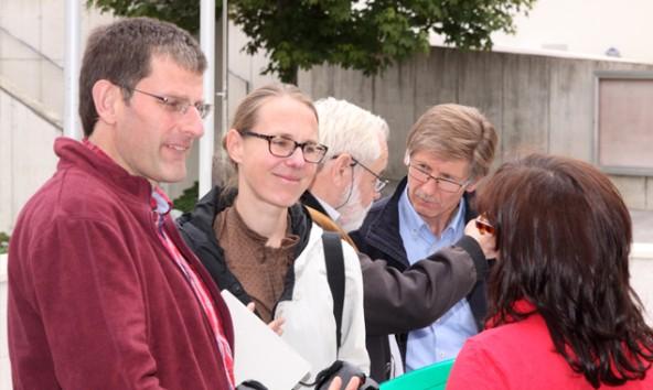 Jurymitglieder Carlo Lejeune,  Nadja Häupl, Peter Schawerda im Gespräch mit Bgm. Klaus Unterweger und Mitgliedern der Gemeinde. Foto: Gemeinde Kals/Linder