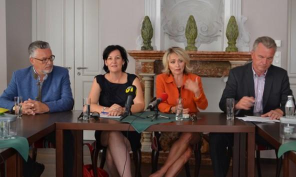 Die Landtagsabgeordneten Schett, Haselwanter-Schneider, Blanik und Federspiel kämpfen gemeinsam für den Direktzug Lienz-Innsbruck. Foto: Liste Fritz