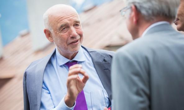 """Der ältere Herr auf der Dachterrasse der Lienzer Sparkasse gab anschließend im Saal ordentlich Gas: """"Querdenker"""" Andreas Braun. Fotos: Brunner Images"""