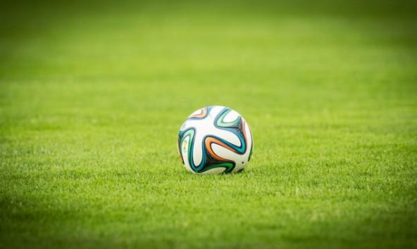 Der Ball beim Rapidspiel hatte WM-Design, Tore gab's auch. Die Stimmung konnte vor spärlicher Zuschauerkulisse aber nicht mithalten. Fotos: Brunner