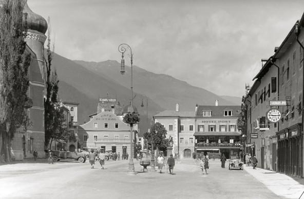 Um 1930 entstand diese Aufnahme vom Lienzer Hauptplatz, der damals Kaiser-Joseph-Platz hieß. Foto: Adolf Stefsky (aus dem Bestand des TAP).