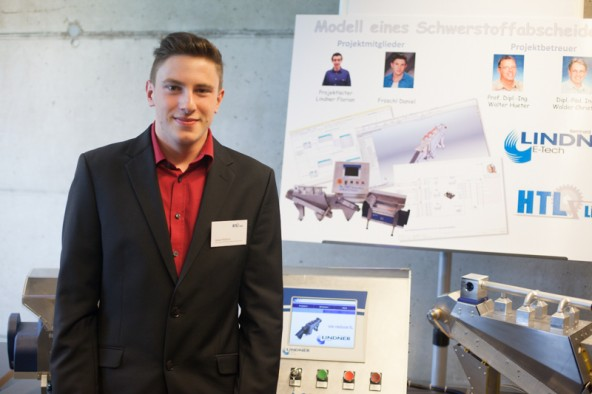 Daniel Fröschl arbeitet an einem Modell eines Recyclinggeräts. Ein Baustein des detailgetreuen Geräts fehlt noch.