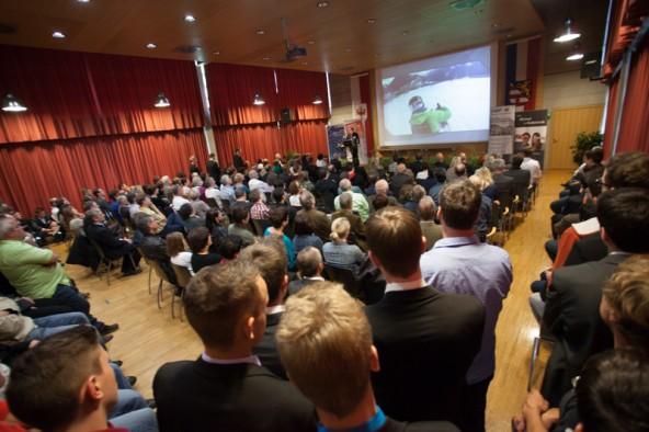 Vor großem Publikum präsentierten die jungen Techniker ihre Abschlussprojekte. Fotos: Michael B. Egger