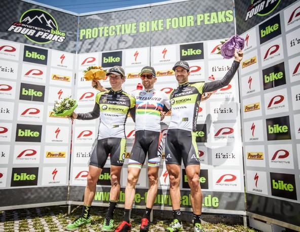 Von links auf dem Siegerfoto: Kristian Hynek (CZE), Gesamtsieger Christoph Sauser (SUI) und Alban Lakata.