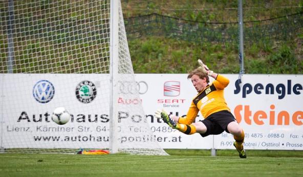 Keine Chance für Benedikt Unterwurzacher. 0:1 für St. Michael.