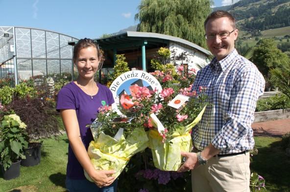 Gärtnerin Olivia Tschapeller-Voithofer hilft beim Einladen der 40 Rosenstöcke.