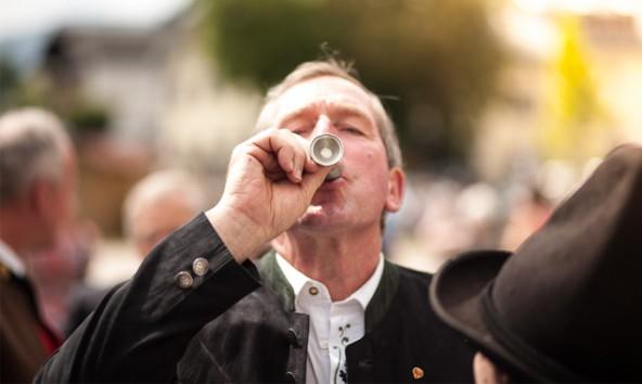 Hermann Kuenz trinkt ein gesundes Schnapsl.