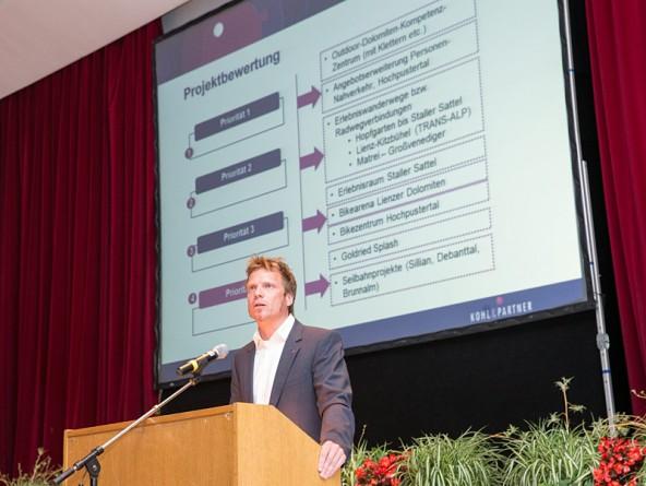 Martin Mayerhofer von Kohl & Partner. Er präsentierte das Highlight des Abends: die Infrastrukturanalyse.