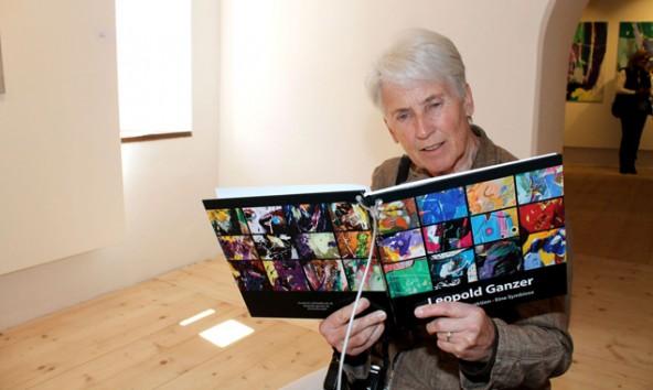 Einen vertiefenden Einblick in die Kunst ihres Mannes bietet Annemarie Ganzer. Foto: Stadt Lienz / B. Lenzer.