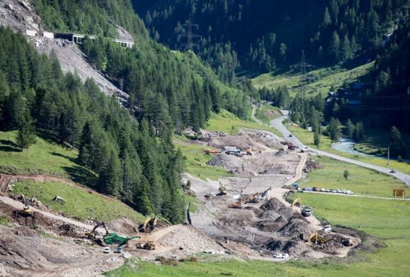 Müsste diese Baustelle gestoppt werden, wenn der Tauernbach zum Natura 2000-Gebiet wird? Im Groder-Bild ist gut zu sehen, wie knapp die neue Trasse am Bach vorbeiführt.