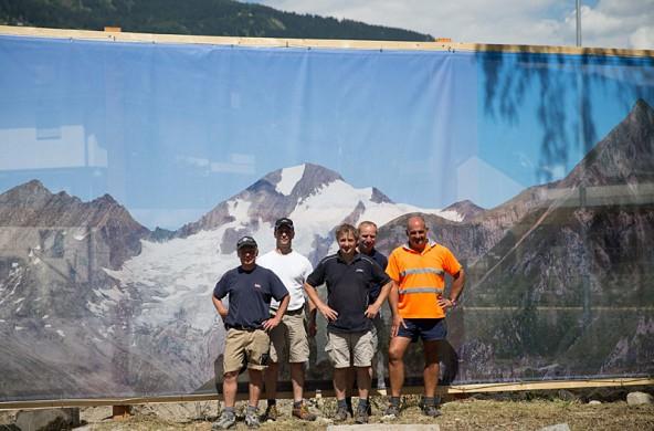 Da kommt Urlaubsfeeling auf. Das Riesen-Bergbild und die Männer, die es aufgespannt haben. Foto: Expa/Groder