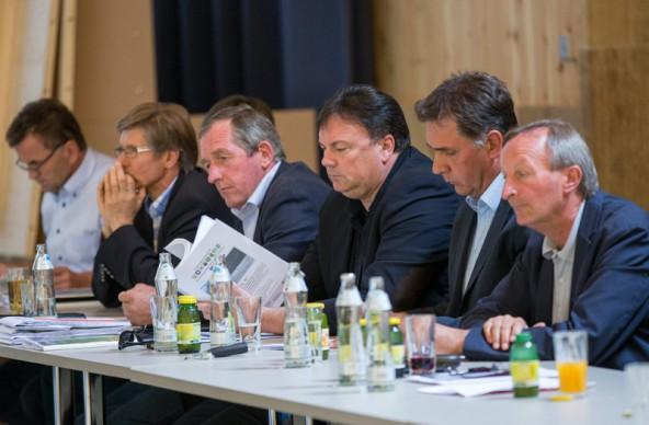 Versteinerte Gesichter bei Kuenz, Köll & Co. - Die VP-Kraftwerksbefürworter sehen ihre Felle die Isel hinabschwimmen.