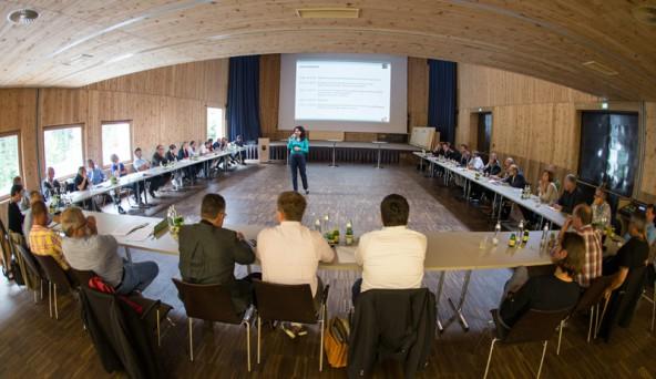 """Noch wirkt alles ruhig … Ingrid Felipe im Zentrum des """"runden Tisches"""" im Kalser Kulturhaus. Fotos: Hans Groder"""