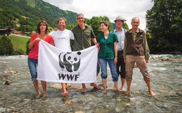 Die unermüdlichen Iselschützer. Von links: Rita Feldner, Nathan Spees und gebhard Tschavoll (WWF), Adolf Berger und Wolfgang Retter. Foto: Stephan Troyer