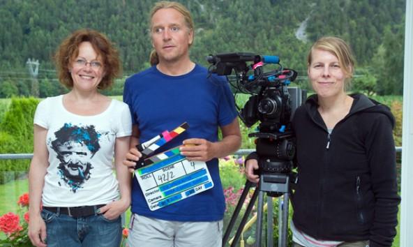 Die drei Hauptakteure am Filmset. v.l. Regisseurin Eva Spreitzhofer, Andy Holzer und Kamerafrau Leena Koppe. Foto: Brunner Images / Thimfilm.