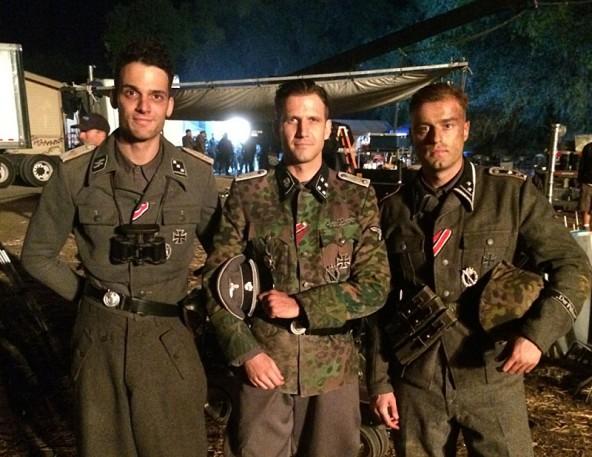 """Bernhard Forcher (Mitte) mit Schauspieler-Kollegen am Set von """"Fury - Herz aus Stahl""""."""