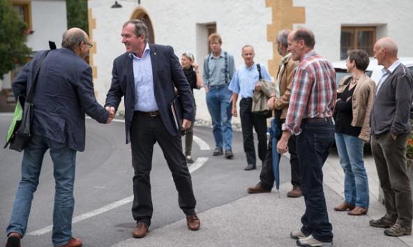 Moderater als die Kraftwerks-Bürgermeister gibt sich Hermann Kuenz, hier beim symbolischen Handshake mit Sepp Brugger in Kals. Foto: Expa/Groder