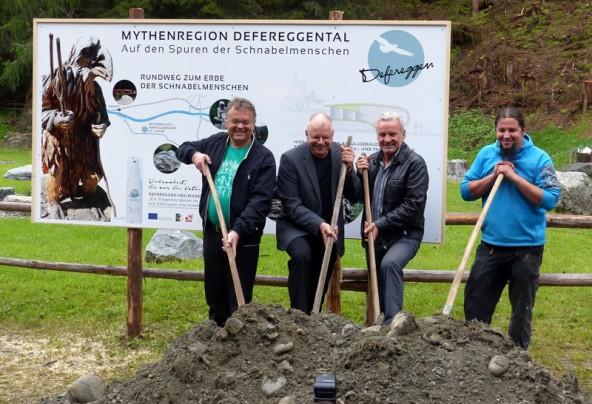 Gerald Hauser,  Ernst Fleischhacker, Heilwasser-Geschäftsführer Egon Kleinlercher und Künstler Michael Lang (von links) beim Spatenstich.