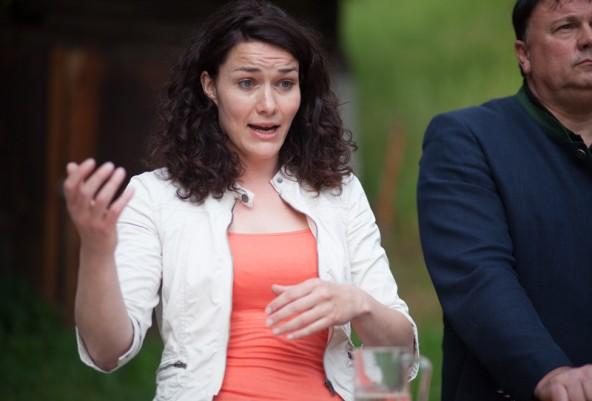 Was eigentlich eine Frage der Haltung wäre – vor allem für eine Grünpolitikerin wie Ingrid Felipe – machen Köll & Co. zum Wettstreit der Tamariskenforscher. Und Felipe fällt darauf herein. Foto: Dolomitenstadt/Egger