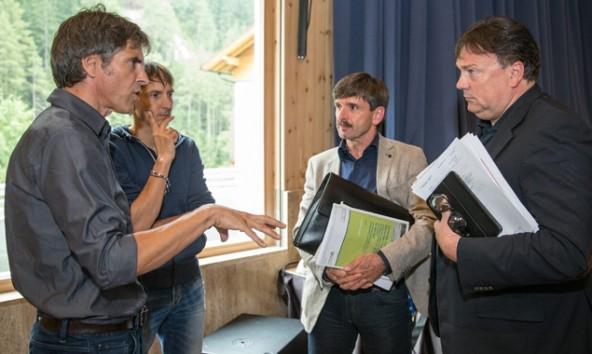Andreas Köll (rechts) und Dietmar Ruggenthaler (Mitte) zeigen wenig Verständnis für die Argumente von Klaus Michor (links), Chef der Planungsfirma Revital und Gutachter der Umweltabteilung. Foto: Expa/Groder
