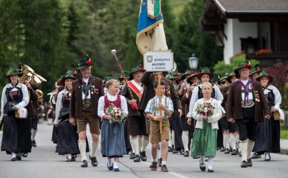 Beim Iseltaler Bezirksmusikfest in Kals war die Welt noch in Ordnung. Jetzt fehlen der Musikkapelle Matrei zwei Damen-Trachtenhütte. (Foto: EXPA/Hans Groder)