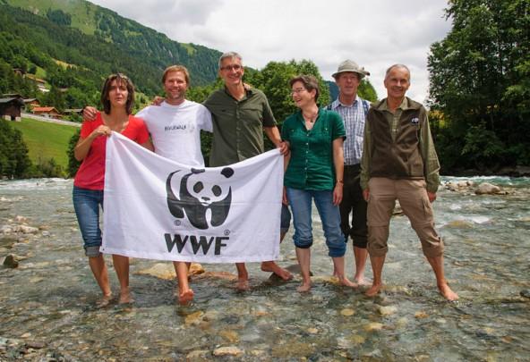 Gebhard Tschavoll vom WWF (Bildmitte) umgeben von Iselschützern. Er glaubt nicht an einen Zufall bei der Terminwahl für die Gemeindeversammlung.