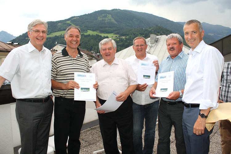 Gut gelaunt gaben sich Vorstand und Neo-Pensionisten beim Grillfest (v.l.): Vorstand Anton Klocker, Walter Gruber, Karl Meinhart, Herbert Scherer, Walter Hofer, Vorstand Martin Bergerweiß.