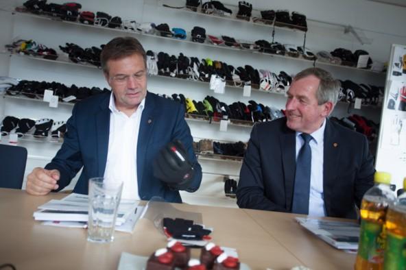 Ein Boxhandschuh? Ein Fehde-Handschuh, hingeworfen von Andreas Köll? Nein. Was sich Günther Platter und Hermann Kuenz hier anschauen ist ein Osttiroler  Schihandschuh der Firma Zanier. Foto: Dolomitenstadt/Egger