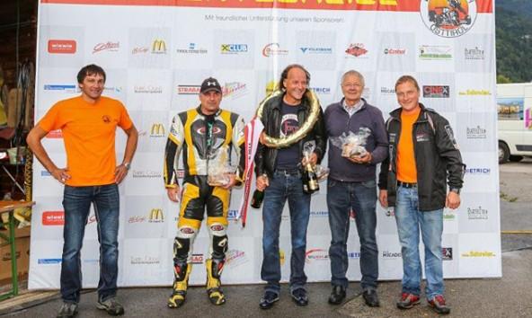 Markus Mair (links) und Andreas Mayerl vom Motorsportclub Dölsach flankieren die Schnellsten dieses Jahres: in der Mitte Lamborghini-Pilot Pondorfer, links neben ihm der fliegende Zweiradler Vorname Nachname, rechts Hermann Waldy, der ,ot dem Formel 3000-Boliden eine Klasse für asich war.