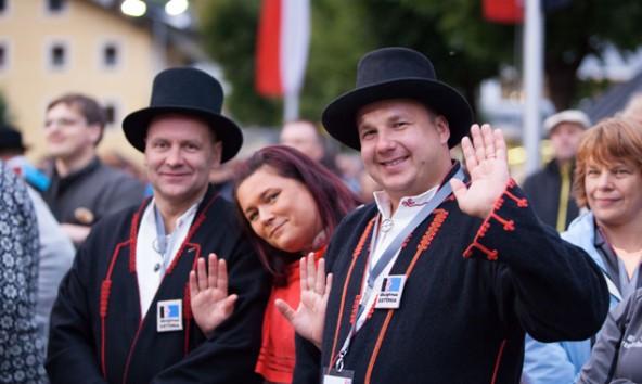 LINC-Teilnehmer aus Estland in ihrer Landestracht bei der Eröffnung von LINC in Sillian. Foto: RMO/Tschurtschenthaler