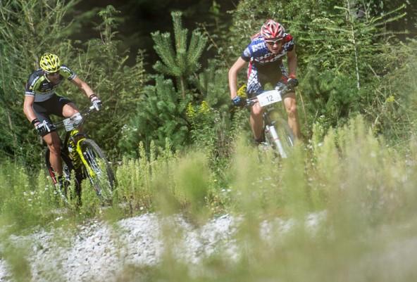 Lukas Buchli vom Siegerteam Adidas verfolgt von Osttirols Parade-Mountainbiker Alban Lakata, der mit Red Bull auf den dritten Platz fuhr. Foto: Expa/Gruber