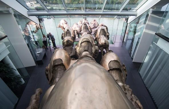 Mit eigenen Händen formte Jos Pirkner Europas größte Bronzeplastik in jahrelanger Arbeit in seinem Atelier in Tristach.