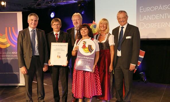 Ausgezeichnet! stolz hält Bürgermeister Kals Unterweger (2.v.links) die Urkunde in der Hand, dass Kals in der obersten Liga der europäischen Dörfer spielt.