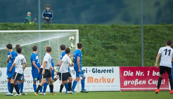 Maßarbeit. Daniel Brandauer zirkelt den Ball über die Matreier Mauer genau ins Kreuzeck. 0:1 für die Gäste.