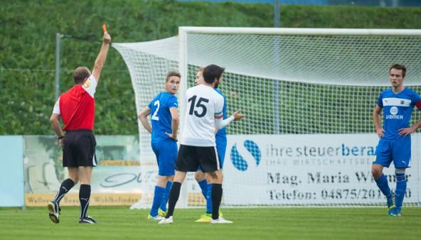 Der Anfang vom Ende. Schiedsrichter Arno Weichsel zückt die Rote und schickt Daniel Kofler vom Platz. Fotos: Brunner Images