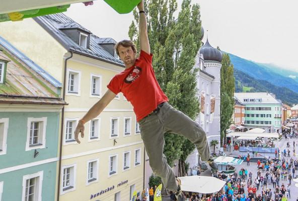 Free-Solo-Erfinder Peter Ortner lässt sich hängen. Die Wand ist in einetr Stunde aufgestellt und soll in künftig auf Tour in die Metropolen gehen. Foto: Dominik Angerer