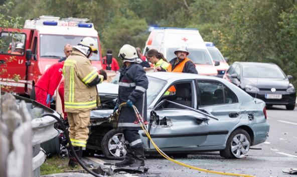 Feuerwehr, Rettung und Polizei waren im Einsatz. Für die 84 Jahre alte Beifahrerin kam jedoch jede Hilfe zu spät. Fotos: Expa/Groder