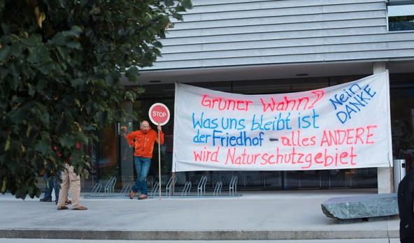 Zum Auftakt der Veranstaltung in der Wirtschaftskammer demonstrierten die Natura 2000-Gegner aus dem Virgental. Fotos: Brunner Images