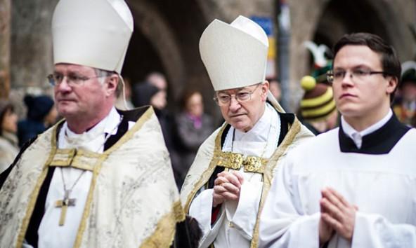 Alois Kothgasser (Mitte) beim Requiem für seinen Vorgänger Reinhold Stecher. Links sein Nachfolger Diözesanbischof Manfred Scheuer. Foto: Expa/Feichter