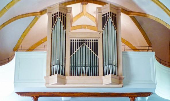 Orgelbaumeister Linder hat insgesamt 297 Pfeifen eingebaut – 87 Holzpfeifen aus Eiche bzw. Fichte und 210 Metallpfeifen sorgen für den Klang.