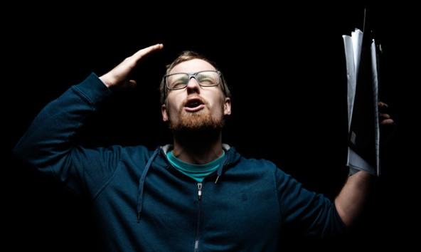 Poetry-Slammer Stefan Abermann zeigt wie's geht, bei einem Workshop am 24. Oktober in der Stadtbücherei Lienz. Foto: Robert Maybach