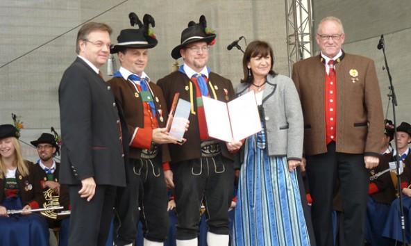 Von links: Landeshauptmann Günther Platter, Obmann Eduard Blaßnig, Kapellmeister Roman Possenig, Landesrätin Beate Palfrader und der Obmann des Landesverbandes Siegfried Knapp.