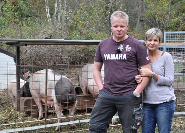 Bruno und Corinna Neumayr halten in Oberlienz ganz besondere Schweine. Fotos: Peter Werlberger