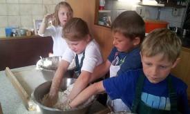 Volksschüler backen Brot am Strumerhof