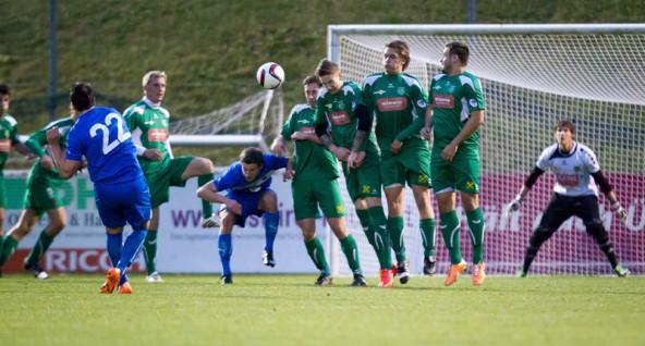 Maßarbeit! Rene Scheiber zirkelt den Ball über die Rapid-Mauer zum 1:1 in den Kasten der Lienzer.